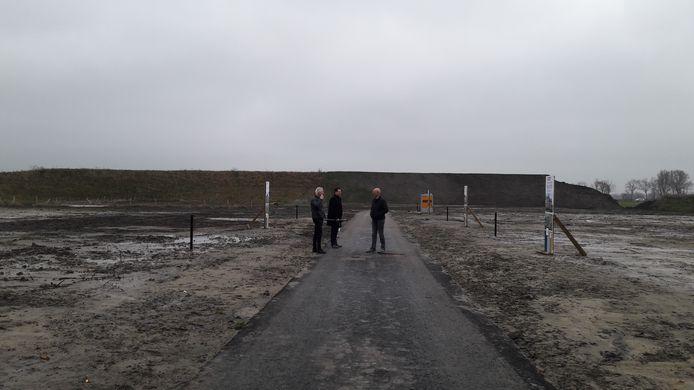 Projectontwikkelaars Martin Dekker en Rob van Avermaete en makelaar Ben de Weerd bij de uitgezette en afgebakende percelen van Hof Vlugtenburg.