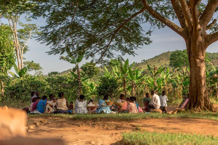Ontwikkelingsprojecten in Burundi van Red een Kind. Dankzij spaargroepen kunnen mensen investeren, bijvoorbeeld in gereedschap. Beeld Red een Kind / Qroost Beeldmakers