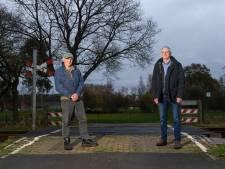 Herman (76) uit Goor moet straks 1,5 kilometer omrijden om het spoor bij zijn erf over te steken