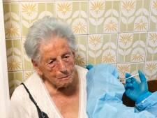 Terwijl Francesca (100) aan haar keukentafel zit, krijgt ze een corona-vaccin