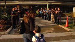 Mooi gebaar: agenten begeleiden zoon van gestorven collega naar school