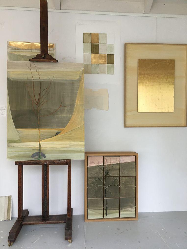 Charlotte Caspers: Portret van een jonge appelboom, 2020, in twee versies: aardpigmenten en temperaverf, en bladgoud  Beeld