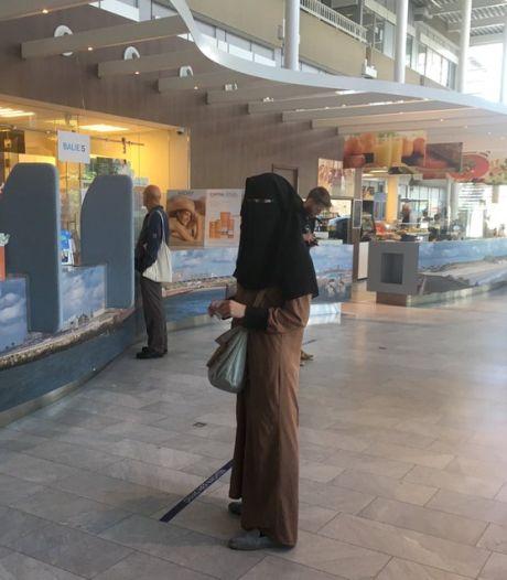 Vrouw van politicus Van Doorn met nikab tram en ziekenhuis in 'om onrecht aan kaak te stellen'