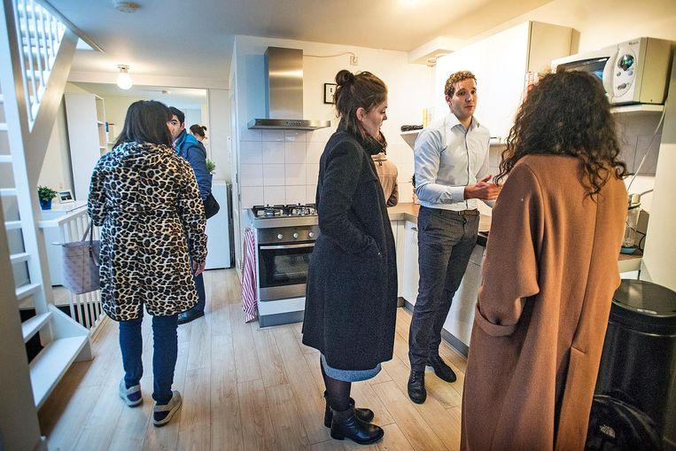 Starters bekijken een woning in Amsterdam. Beeld Guus Dubbelman / de Volkskrant