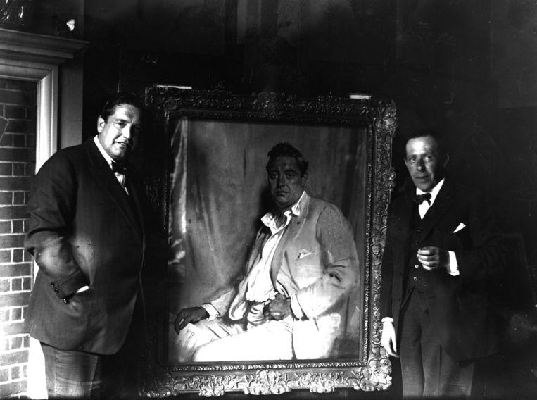 Graaf John McCormack (L) met zijn door William Orpen geschilderde portret. Beeld Getty