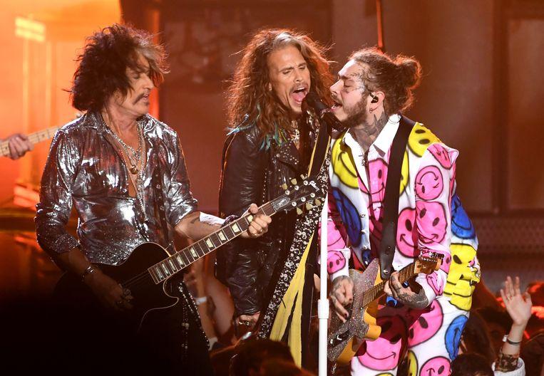 Post Malone (rechts) trad gisteren op de MTV Video Music Awards in New York op met Joe Perry (links) en Steven Tyler van Aerosmith.