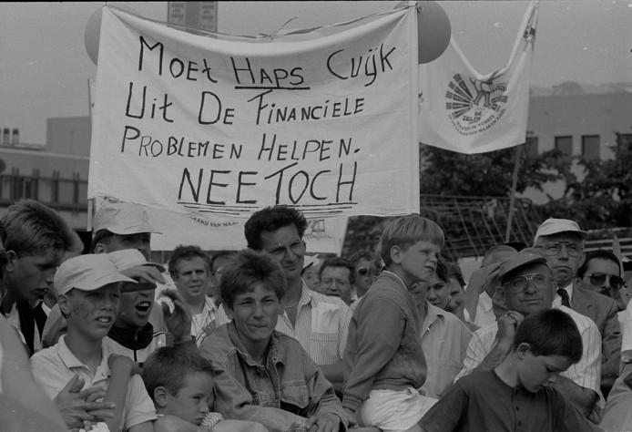Herindeling staat niet voor het eerst op de politieke agenda. Hier protesterende inwoners van Haps in 1988 voor het provinciehuis in Den Bosch. In 1994 volgde de herindeling met Cuijk.