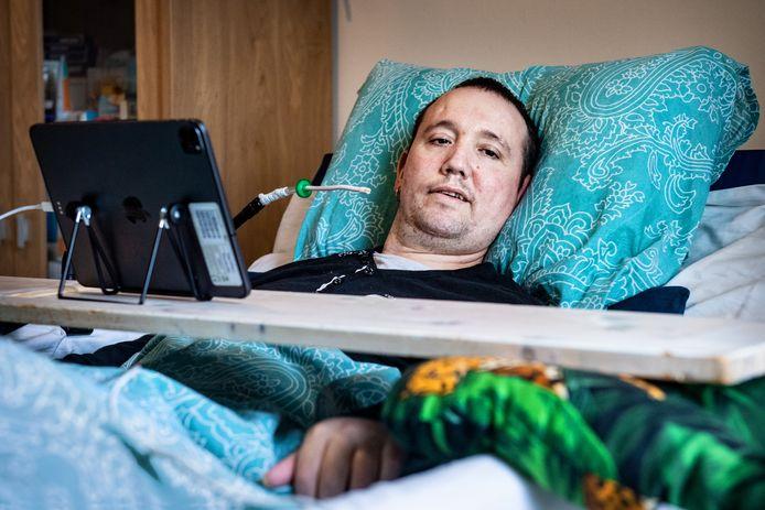 """Patrick Peters is sinds een half jaar aan bed gekluisterd. ,,Als ik mijn armen maar weer kan bewegen."""""""