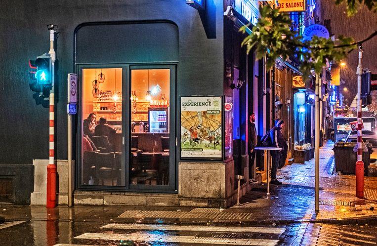 Een café op de Haachtsesteenweg op de grens tussen Schaarbeek en Sint-Joost-ten-Node. 'Als je echt nog iets wil drinken, vind je in Schaarbeek altijd nog wel een toog.' Beeld DM