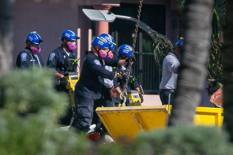 Reddingswerkers zochten tot zaterdagmiddag lokale tijd naar slachtoffers onder het puin. (03/07/21)  Beeld AP