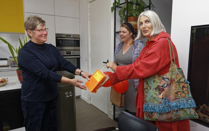 De Boxtelse Carla Renders (52) heeft zich in coronatijd flink ingezet voor anderen en kreeg daarvoor gistermiddag in haar huis aan de Molenstraat als dank een paar 'kanjers' van stroopwafels en een bedankkaartje van wethouder Marusjka Lestrade