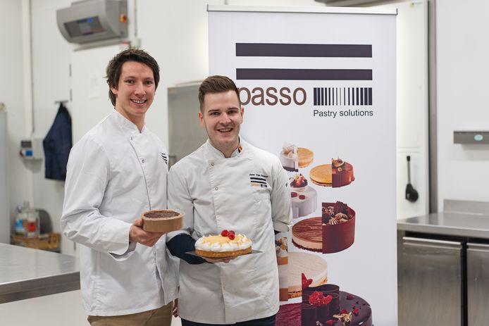 Serge Lamoral (links) en Jens Van Bouwel (rechts) met een kant-en-klare taartbasis en een afgewerkte taart.