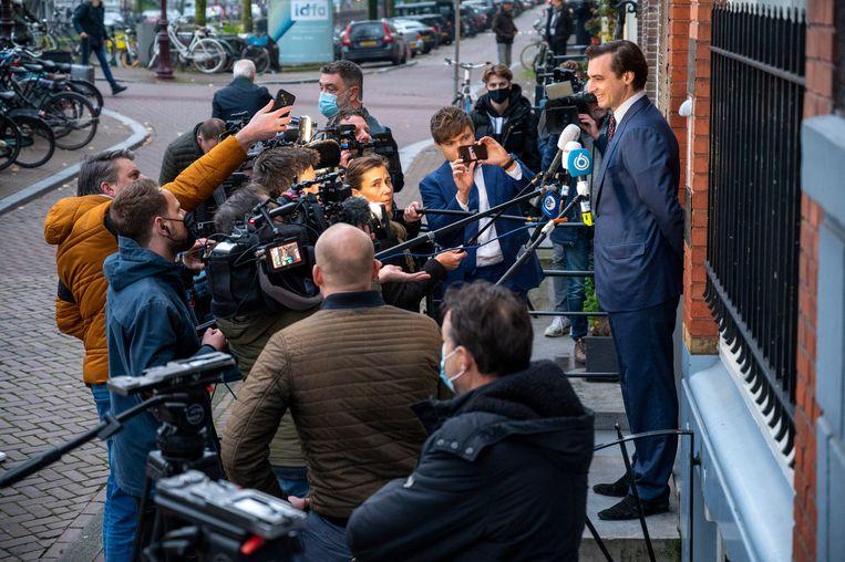 Thierry Baudet staat voor het partijkantoor van Forum voor Democratie de pers te woord over de ontstane situatie. Beeld Hollandse Hoogte /  ANP