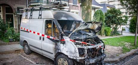 Busje brandt uit op Wilhelminastraat in Arnhem, politie sluit brandstichting niet uit
