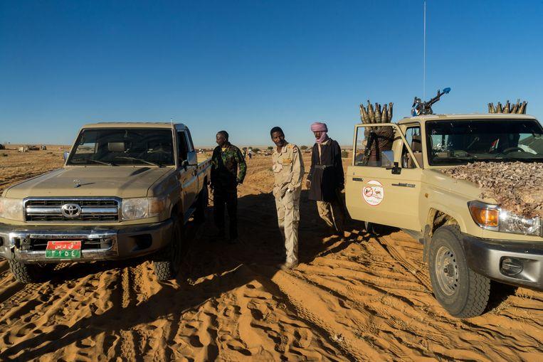 Abrahim Abouwafi (m.), kapitein bij de Rapid Support Forces en familie van RSF-leider Hemedti, op patrouille in Zurrug, Noord-Darfur.    Beeld Klaas van Dijken