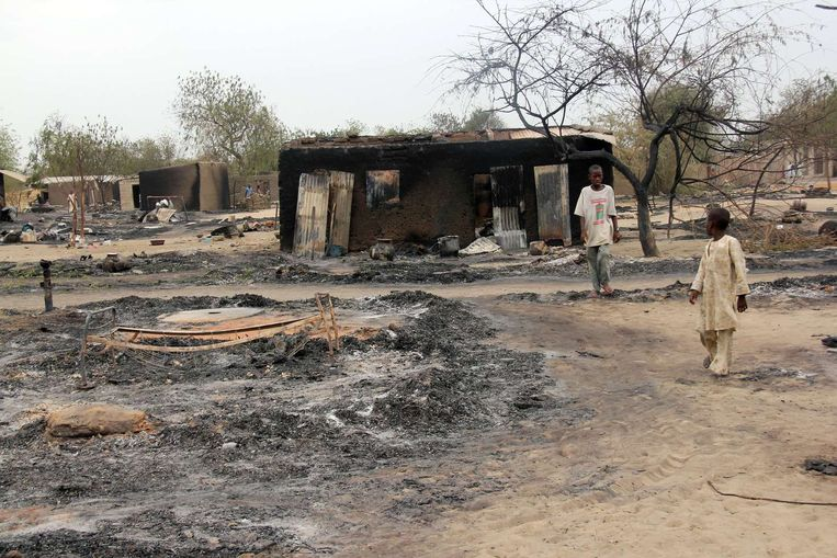 Een platgebrand dorp in Nigeria in 2013 na gevechten met Boko Haram. Beeld afp