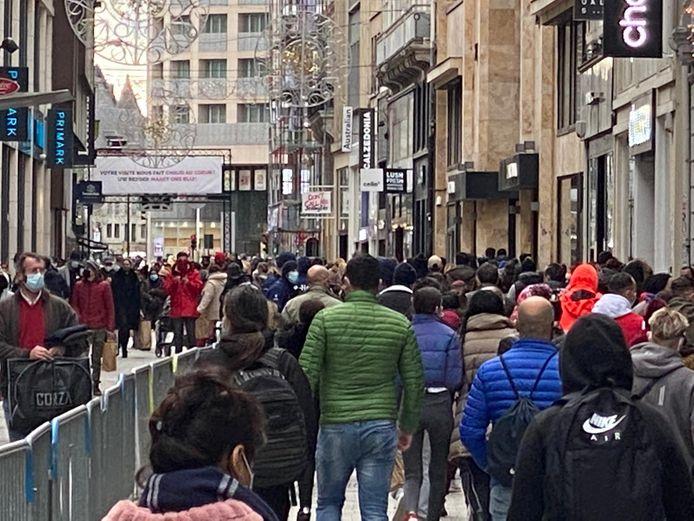 De eerste zaterdag sinds de heropening van de winkels lokt meteen veel volk naar de hoofdstad.