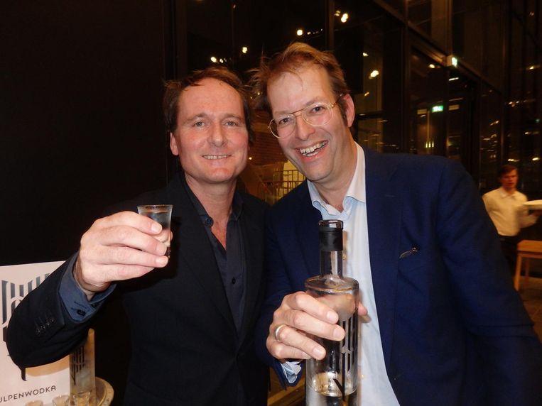 Copywriter Marcel Vosse (l) en communicatiestrateeg Wouter Vos met hun wodka. Gemaakt van tulpen. Tulpenwodka. Nee, serieus. Het blijkt wodka met een smaak Beeld Schuim