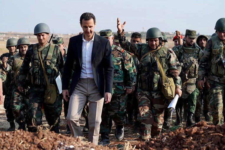 Syrisch president Bashar al-Assad bezoekt zijn troepen in de buurt van Idlib in oktober 2019. Beeld SalamPix/ABACA