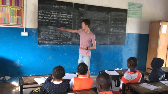 Daniël Pepers in het schooltje in Gambia. Voor 12 leerlingen die slecht zien, is hij een inzamelingsactie begonnen.