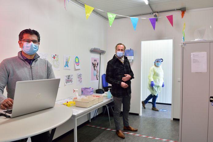Vishal Hira (links) en Jurriaan van den Brand testen de sneltesten.
