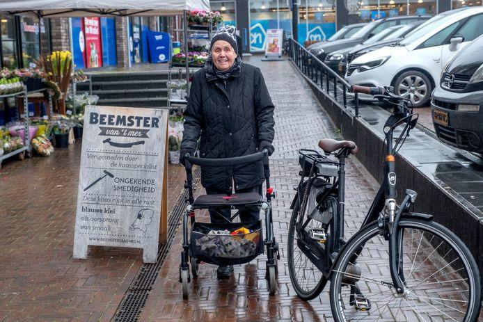 Drina van der Linden-Vloet slalomt om een fiets heen, die hier niet mag staan op de Markt in Mill.