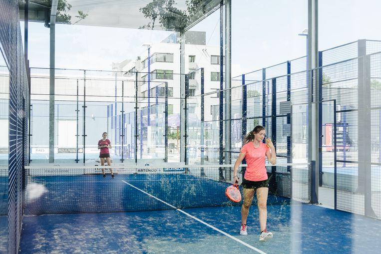 Padel wordt in een soort kooi gespeeld en is een kruising van tennis en squash.  Beeld Alexander D'Hiet