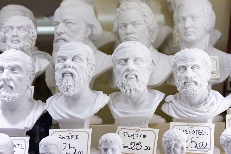 Gipsen bustes van grote denkers te koop. Beeld Colourbox