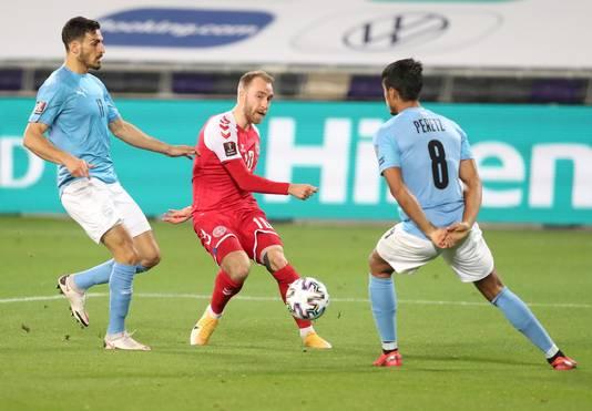 Christian Eriksen (m) passt de bal namens Denemarken.