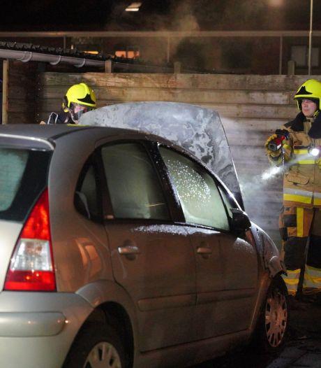 Opnieuw auto in lichterlaaie in Wijchen, voorkant brandt uit