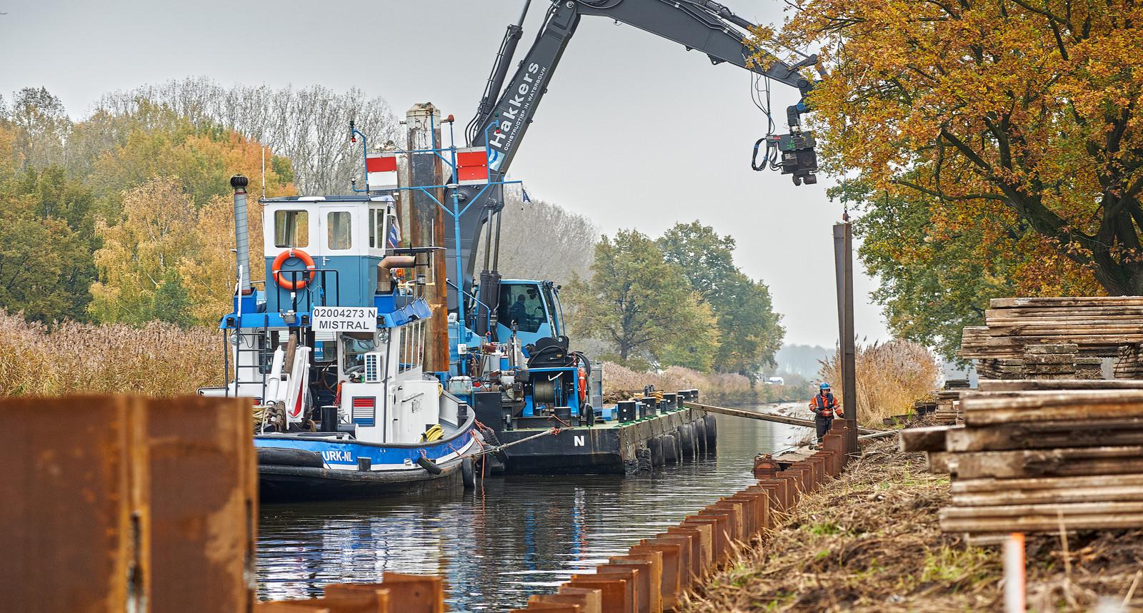 Rijkswaterstaat is bezig met het vervangen van de damwanden van de Zuid Willemsvaart te Zijtaart.
