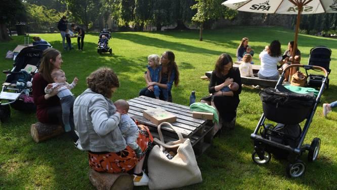 Tientallen mama's geven borstvoeding in stadspark tijdens 'Week van de Borstvoeding'