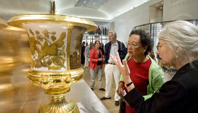 Bezoekers bekijken zondag de kunststukken in de Hermitage Amsterdam, een dependance van het wereldberoemde museum in St. Petersburg. Foto ANP Beeld