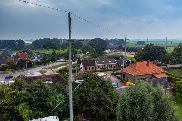 De bovengrondse elektriciteitskabels die over enkele huizen in 's-Heerenbroek lopen, houden bewoners al meer dan tien jaar bezig
