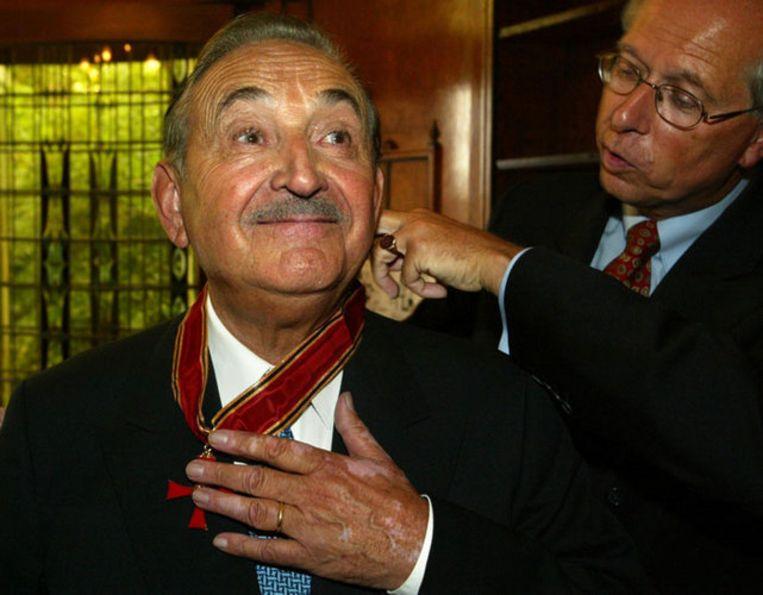 Fritz Behrendt kreeg in 2002 het Grote Kruis van Verdienste in de Orde van de Bondsrepubliek Duitsland. De prenten van Behrendt stonden in diverse kranten, waaronder Het Parool. Foto ANP/Vincent Jannink Beeld