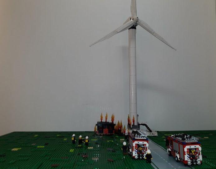 Evert de Graaf heeft de actie van de brandweer bij de windmolenbrand in Zeewolde nagebouwd.
