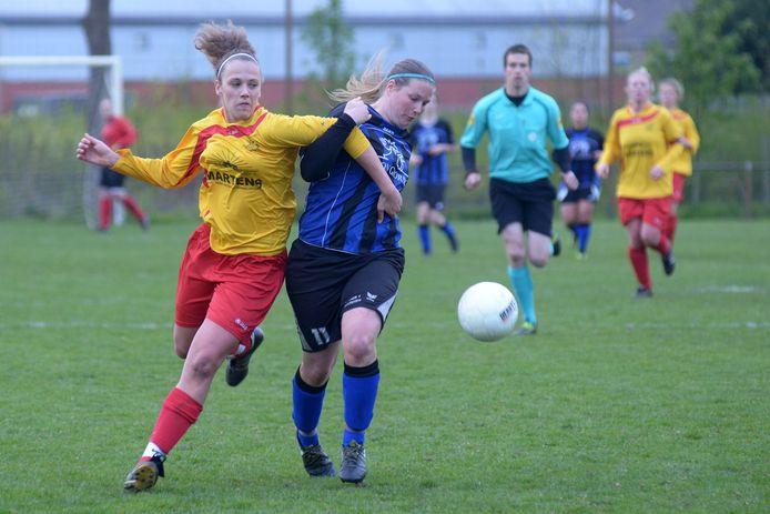 Lotte Godrie (links) scoorde maar liefst vier keer tegen Aurora en hielp haar ploeg aan een finaleplaats.