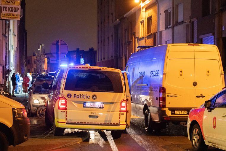 De politie komt ter plaatse na een aanslag met een granaat in Deurne vorig jaar. Beeld Marc De Roeck