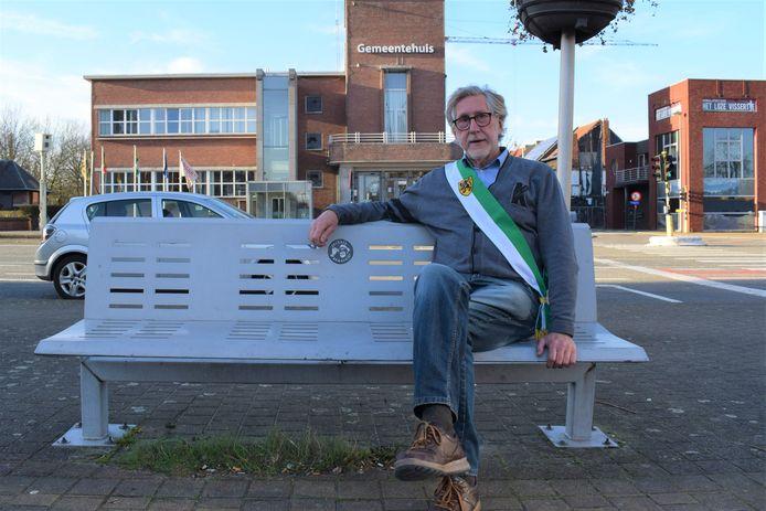 Dirk Goemaere met sjerp voor het gemeentehuis in Zelzate.