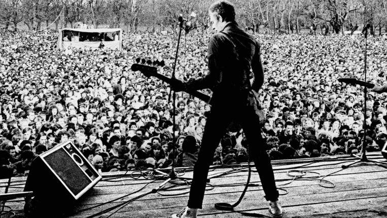 Bassist Paul Simonon van The Clash op het Rock Against Racism-concert in Victoria Park, Londen, 1978. Beeld TMDB