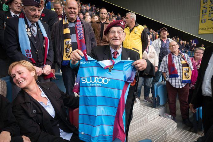 Archieffoto uit 2017. Veteraan Sam Kendrick (92) uit Ierland is content met het wedstrijdshirt van Vitesse-aanvoerder Guram Kashia, dat hij kreeg tijdens de jaarlijkse Airbornewedstrijd in september.