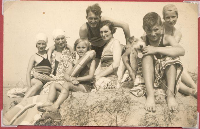 Pat, Eva, Pam, Maurice, May, Billy the dog, Peter en Joan Pepper