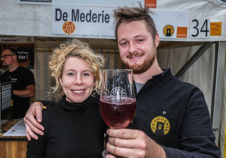 Jorre Vanhemmens en zijn vriendin Eva Bossuyt, met een glas Zwarte Bes Mede.