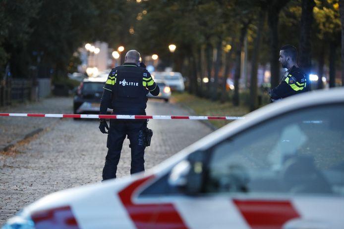 Politieagent op de Wouwsestraatweg in Bergen op Zoom.