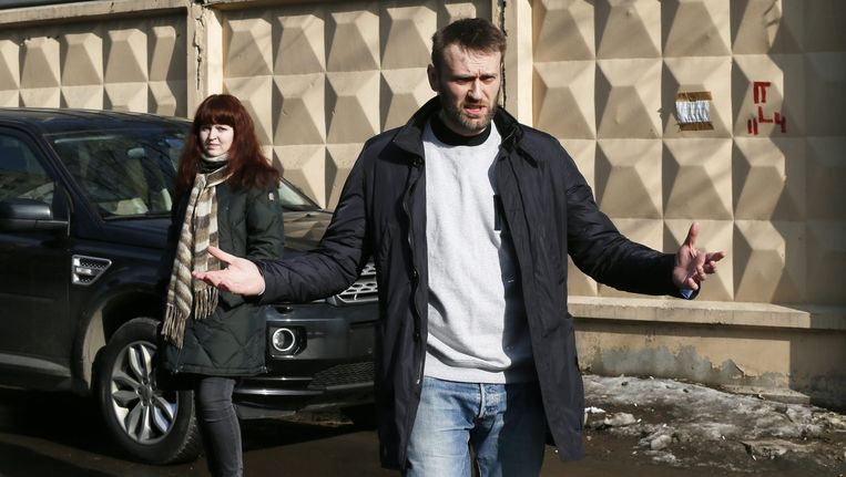 Navalny na het verlaten van het detentiecentrum. Beeld epa