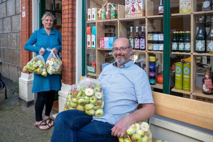 Judith Keizer en Giel Dons met een deel van de in tweeën gehakte appels in Wageningen.