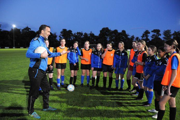 Trainer Peter Moerland met het MO17-team van FC De Westhoek uit Burgh-Haamstede.