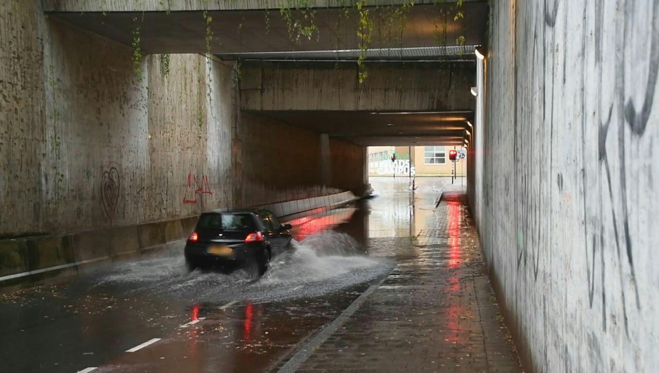 De Prinsessetunnel in Enschede stond maandagavond onder water