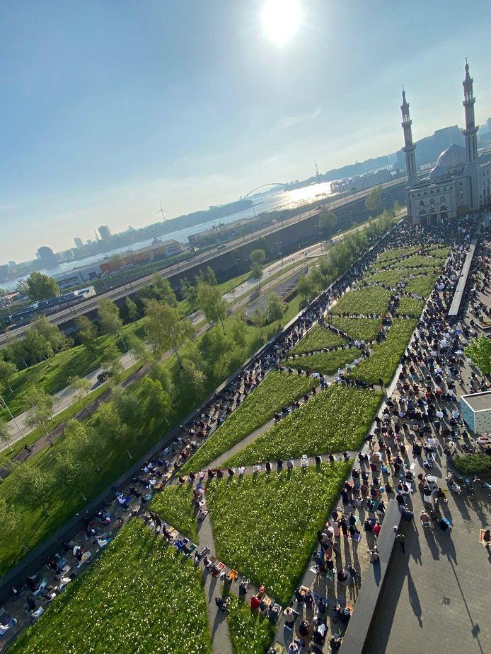 Honderden moslims kwamen donderdagochtend samen voor de Essalam Moskee voor het ochtendgebed.