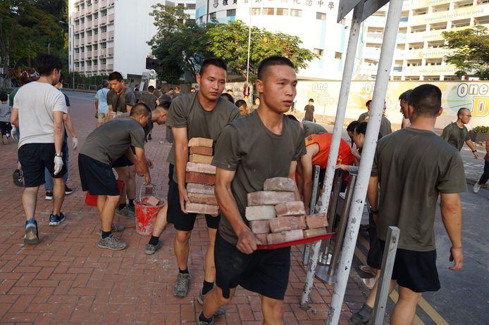 Het Chinese leger helpt bij opruimen in Hongkong.